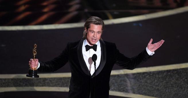 """На церемонията по връчването на наградите """"Оскар"""" холивудският актьор Брад"""