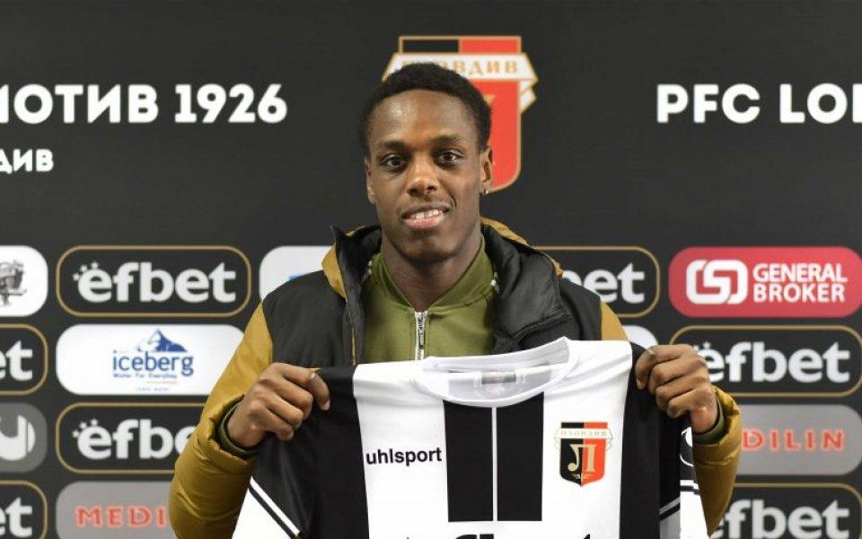 Локомотив Пловдив подписа договор с Акинсола Акиниеми, съобщава клубният сайт.Срокът