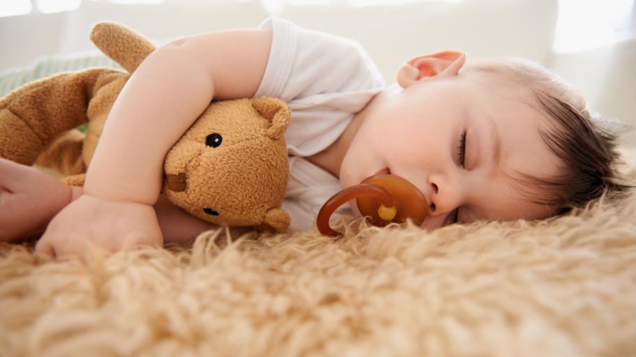 Колко спи бебето на 7 месеца