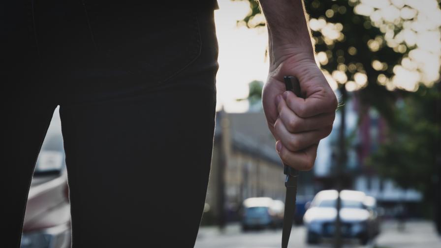 Агресивен мъж заплашва с нож и души бременната си съседка (+Видео)