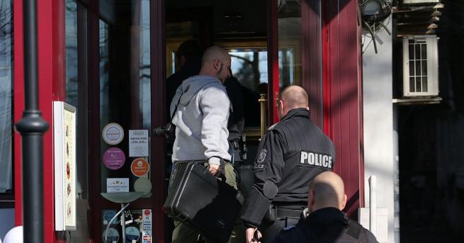 Прокурори и полицаи претърсват ресторанта на Александър Тумпаров, който е