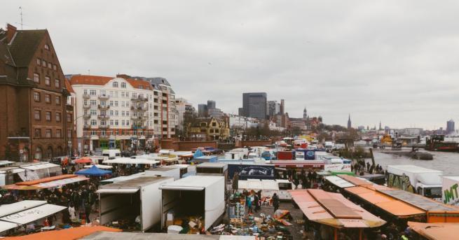 Прочутият рибен пазар в Хамбург бе наводнен днес, след като