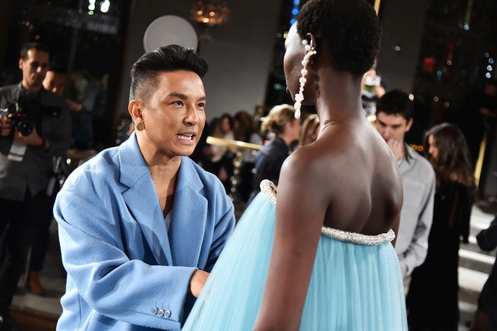 Дизайнер, обличал Мишел Обама, Кейт Мидълтън и Опра Уинфри, избра да почете
