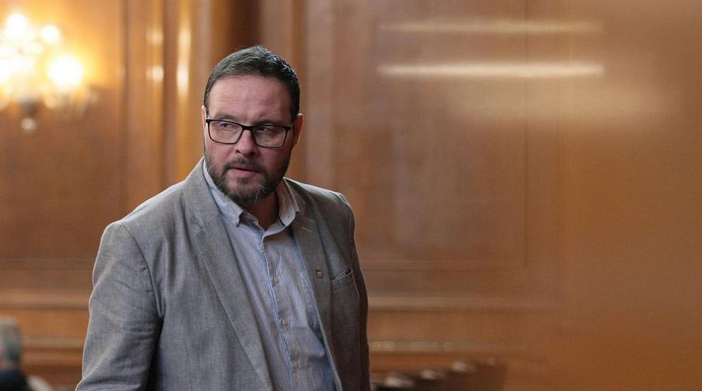 """""""Атака"""" иска изслушване на Каракачанов заради продажбата на военни имоти"""