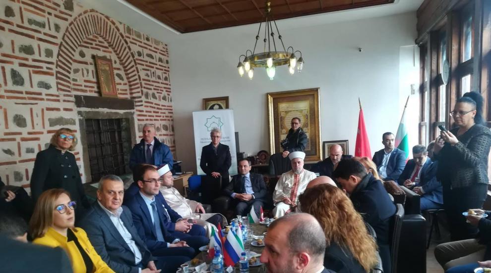 Главният мюфтия пи Кафе на толерантността в Пловдив (СНИМКИ)