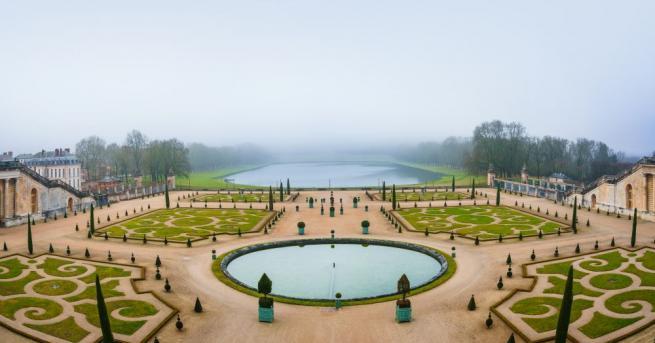 Прочутият френски Дворец Версай, построен през 17 век от Краля