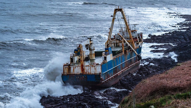 <p>77-метровият кораб-призрак MV Alta се удари в крайбрежни скали недалеч от ирландския град Корк.</p>  <p>Изоставен преди повече от година от екипажа си, MV Alta направи самотна обиколка на Атлантическия океан, като типичен кораб-призрак, който сякаш е обречен да не влезе в нито едно пристанище.</p>