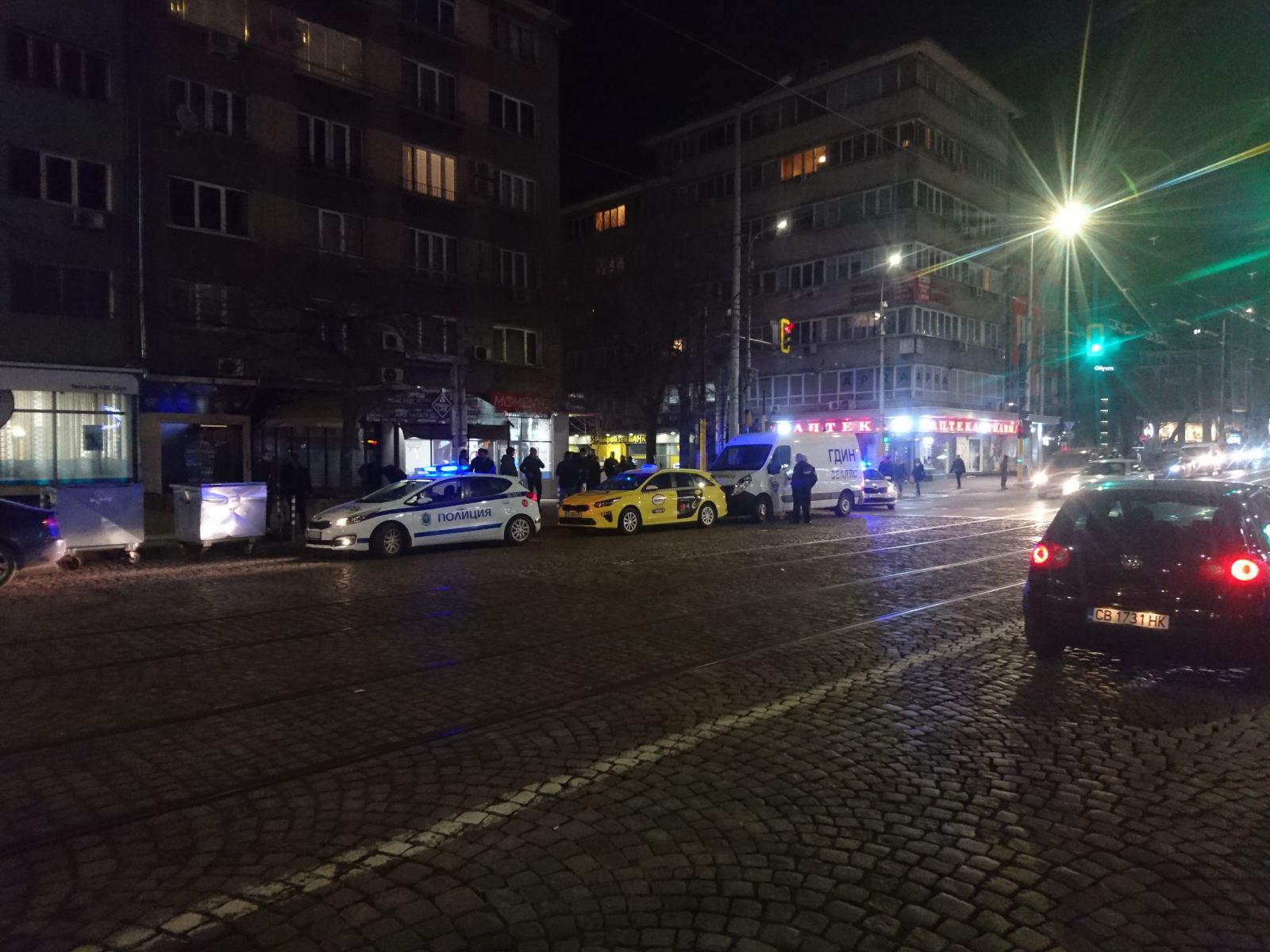 """Линейка на Централния софийски затвор, с която са прибирани след делото в спецсъда Ветко и Маринела Арабаджиеви, е била ударена от такси на столичната улица """"Раковски""""."""