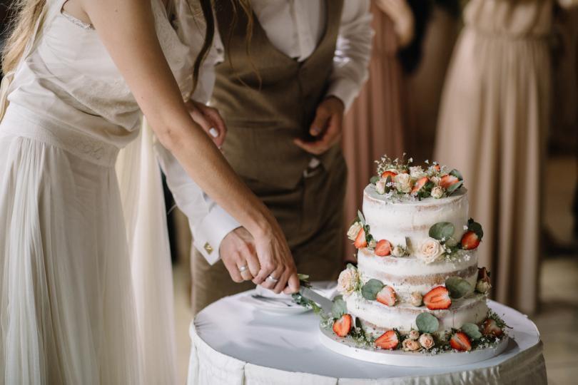 <p><strong>Тортата е изкуство</strong></p>  <p>Истината за сватбения десерт е, че ако ще предлагате торта, тя трябва да се чувства като продължение на вас като двойка и на самото събитие. Вкусът и декорацията ѝ трябва да са подходящи за сезона и да са лесни за консумация. Докато фонданът изглежда красив, той не винаги е най-вкусен &ndash; използвайте го разумно.</p>  <p>&nbsp;</p>
