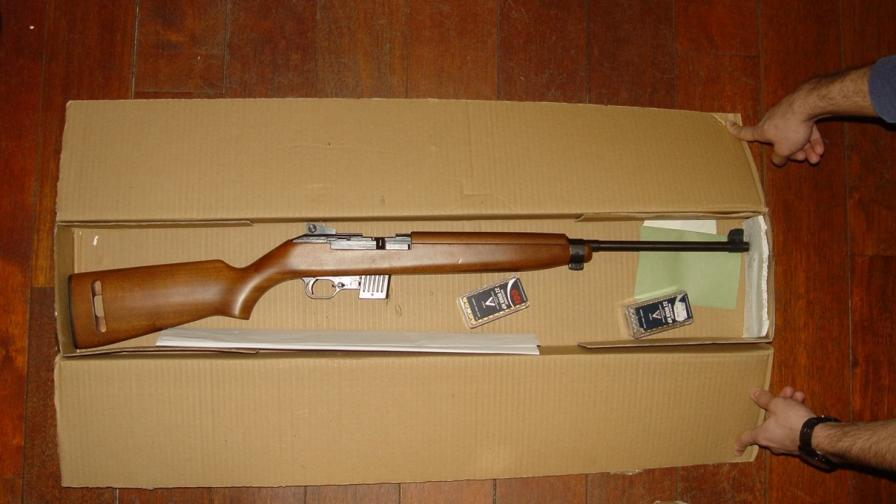 Оръжие и антики в кашони в офиса на Васил...