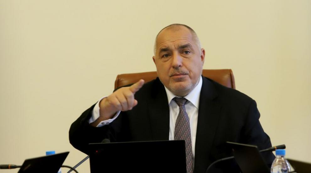 Борисов от джипа: България върви добре по всички критерии  (ВИДЕО)