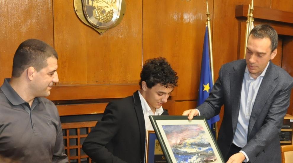 Гордост: Посрещнаха Едмонд Назарян като герой в Бургас, канят го да създаде...