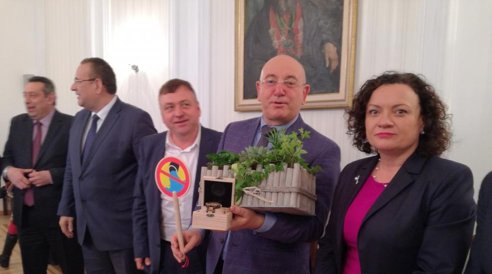 Депутати подариха екоподаръци за ЧРД на екоминистъра