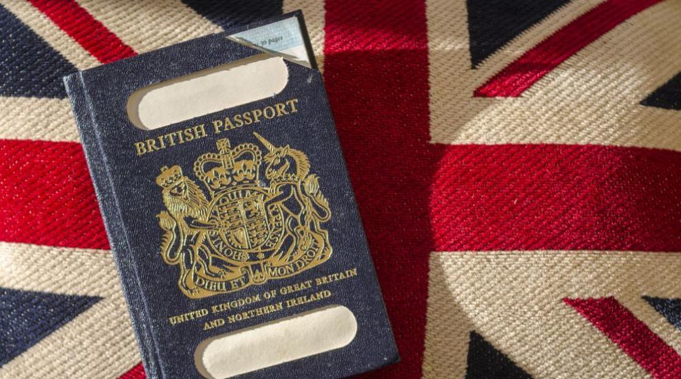 Великобритания вече ще издава сини паспорти