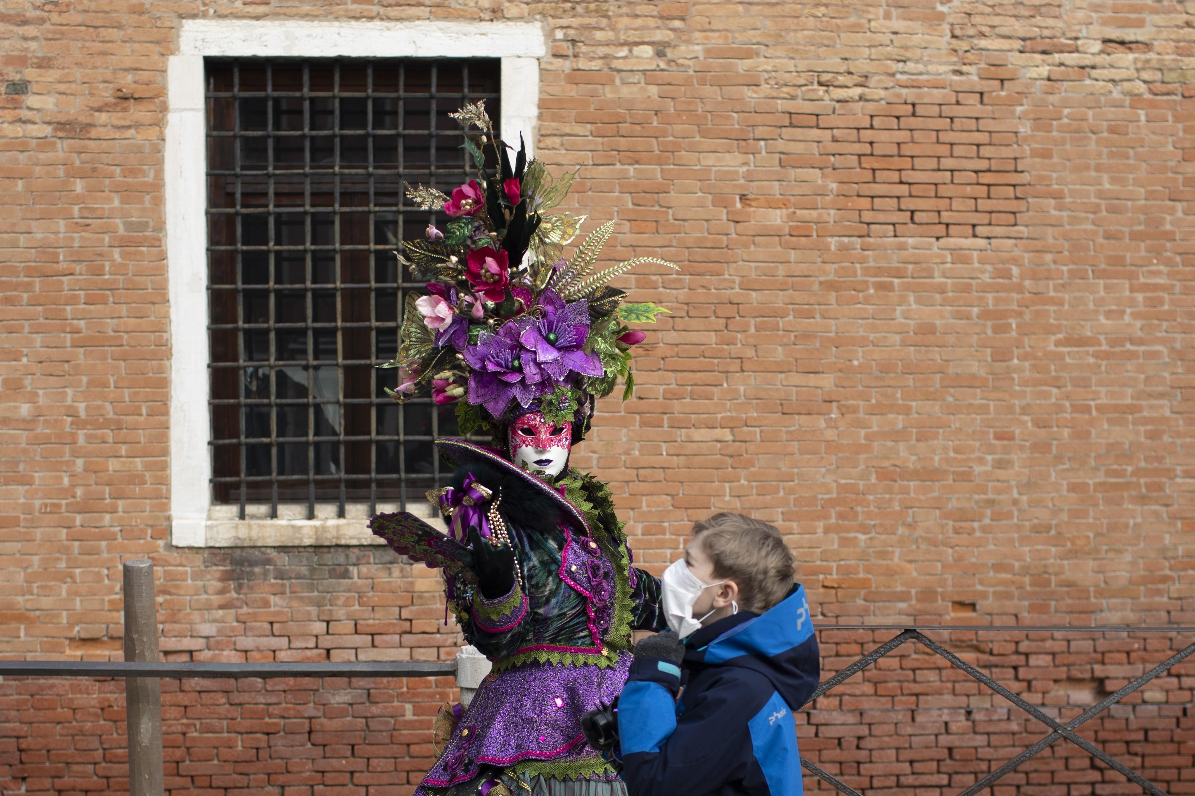 <p>Карнавалът във Венеция бе предсрочно прекратен заради опасността от разпространяване на коронавируса</p>