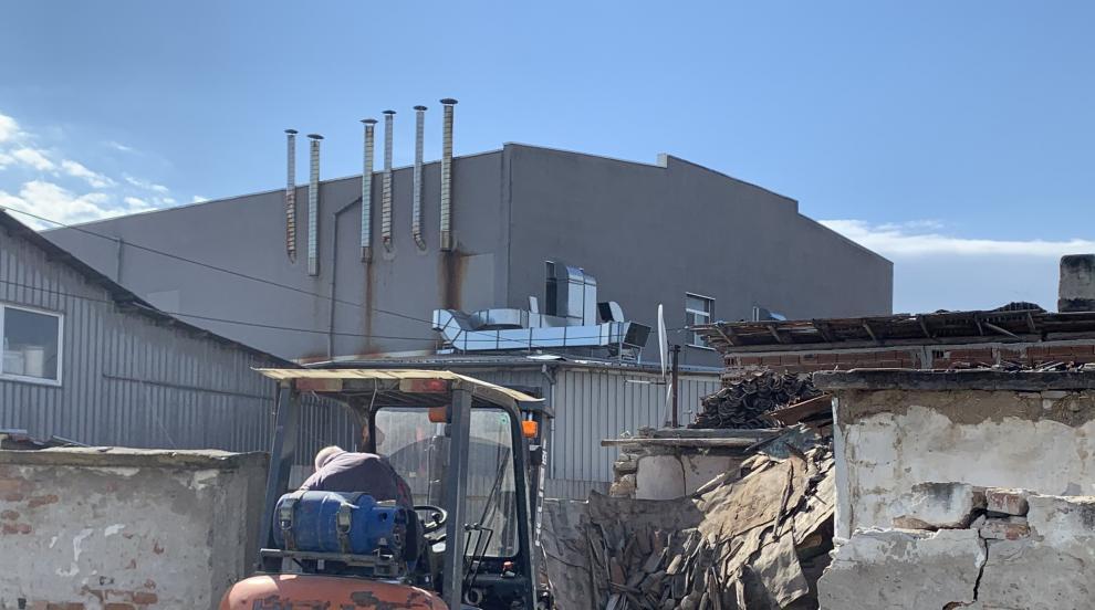 Премахнаха незаконните постройки до сладкарската фабрика в Кадиево (ВИДЕО)
