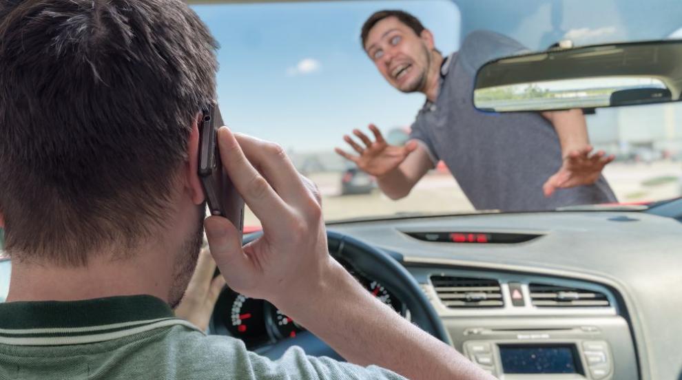 Пешеходци в София рискуват да пропаднат пред профучаващи коли (ВИДЕО)