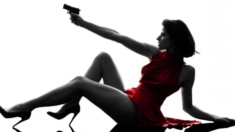 жена пистолет опасност