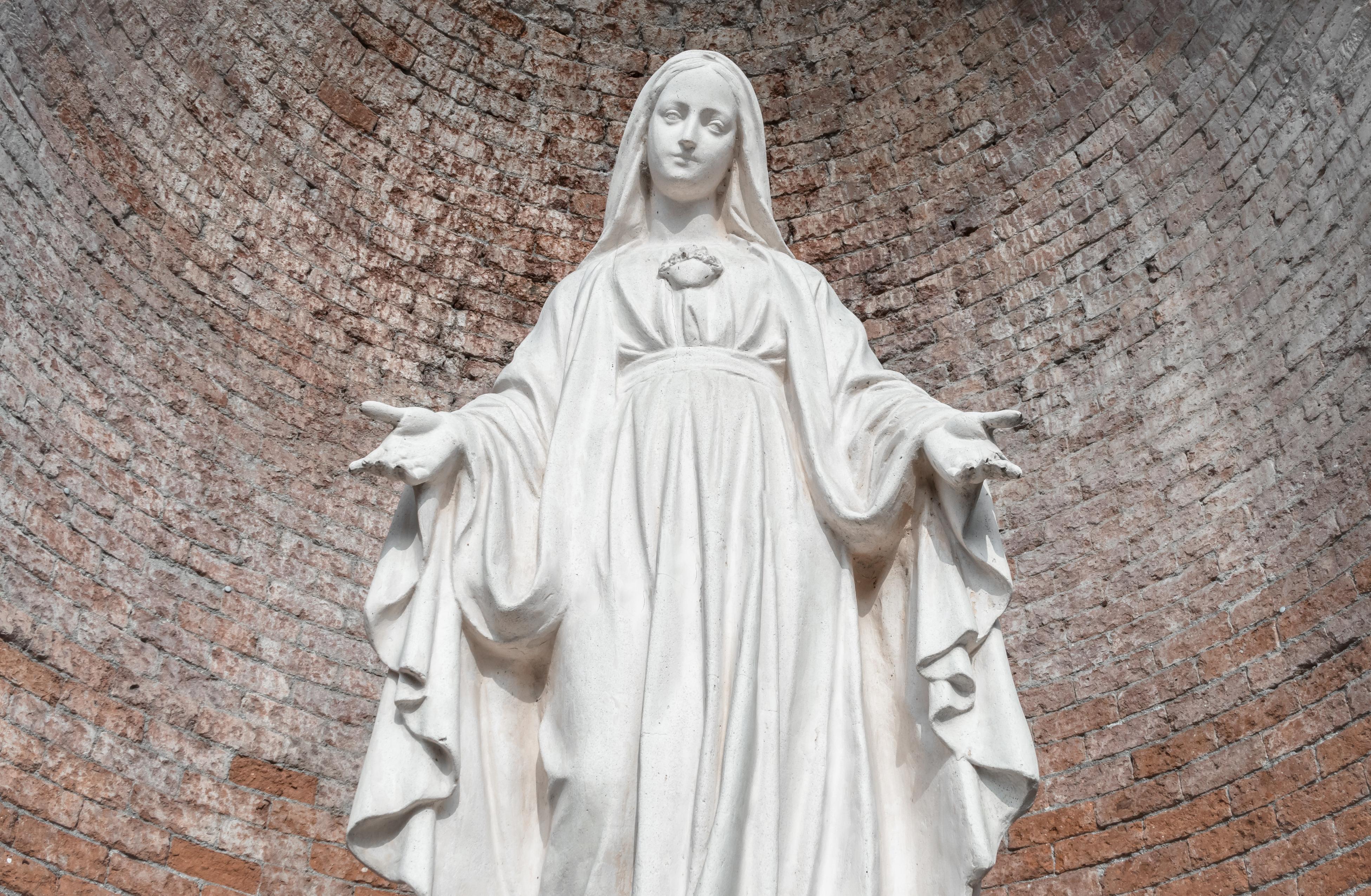 <p>На 25 март отбелязваме Благовещение, един от големите пролетни празници. Той е част от Великденския празничен цикъл. Благовещение e празник за всички християни, независимо от традицията и църквата, към която принадлежат. Според Библията на този ден Архангел Гавраил донася на Дева Мария благата вест, че тя ще роди Спасителя на човечеството, сина Божий Иисус Христос.</p>