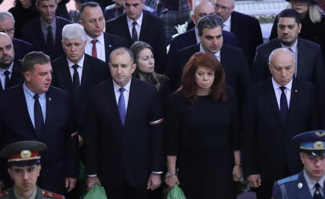 Президентът Румен Радев на поклонението пред покойния ген. Андрей Боцев