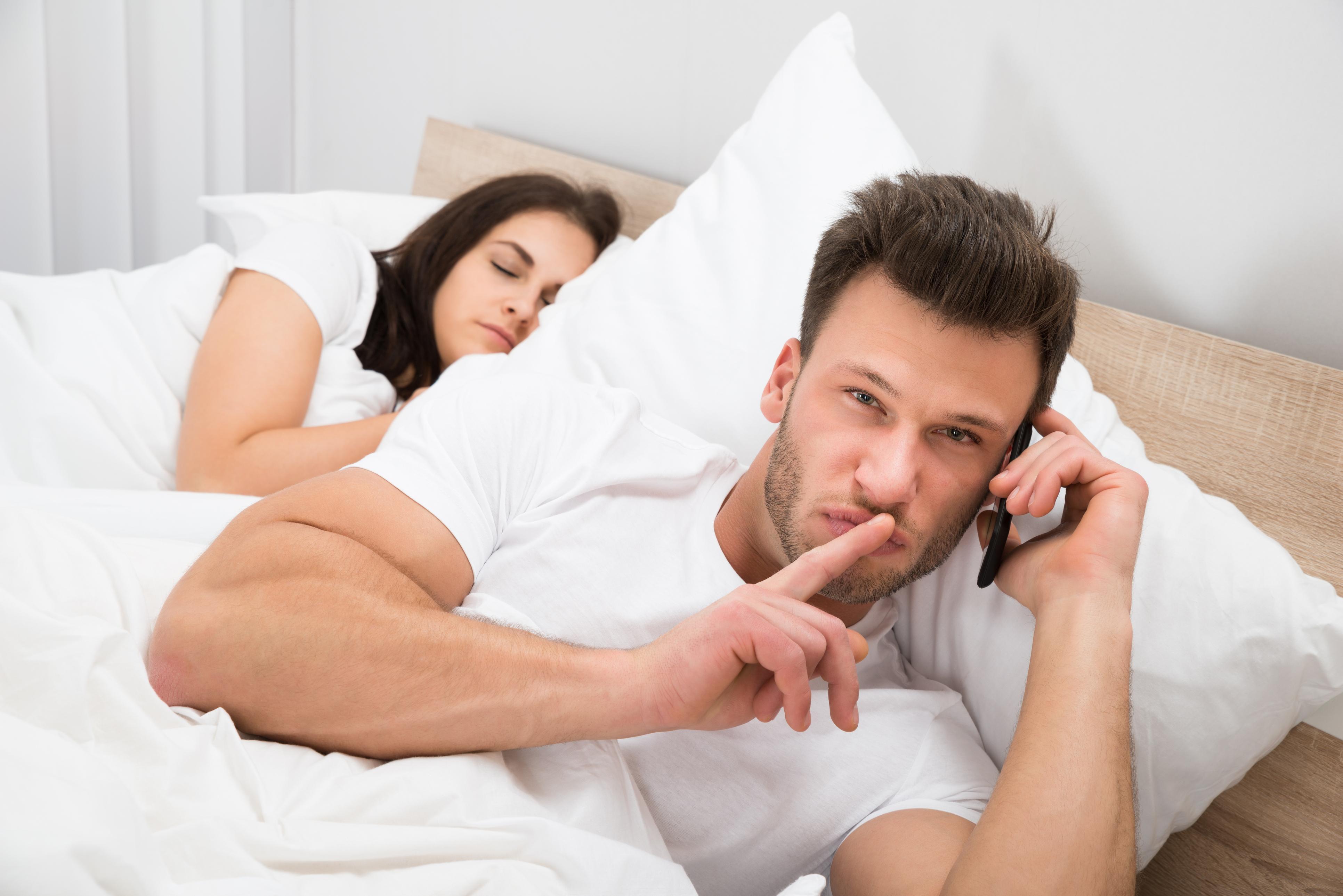 <p>Партньорът ти започва често да планира групови излизания, за които отправя специална покана на приятелката ти.</p>