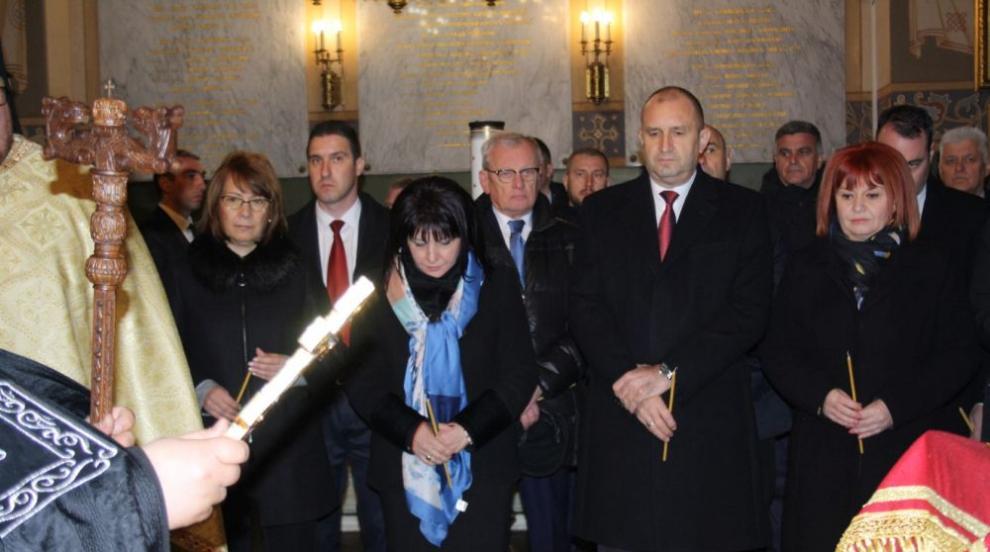 Гергана Микова отдаде почит на загиналите за...