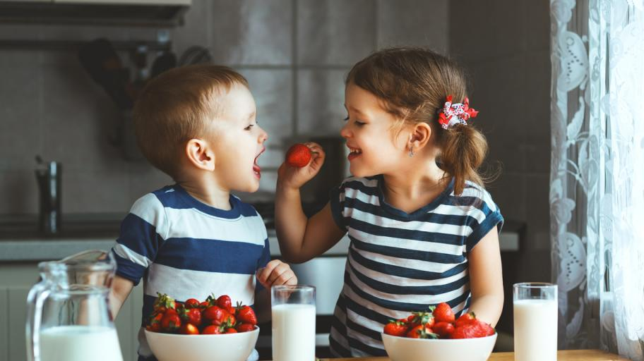 Няколко тактики, с които ще накарате злоядото дете да хапва нови храни