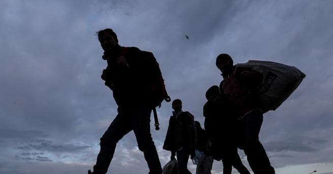 България Задържаха над 50 нелегални мигранти край Любимец Микробусите са