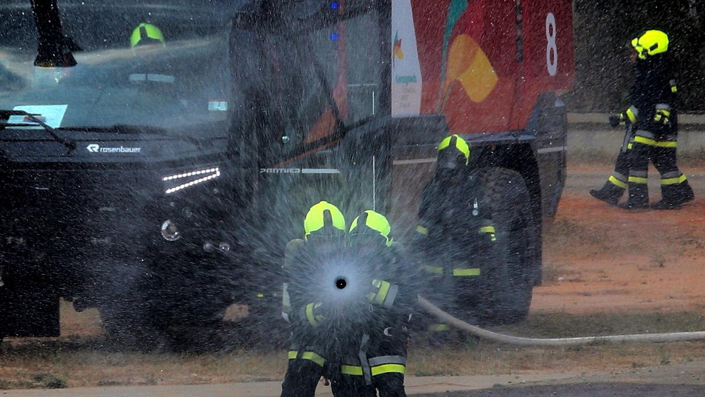 <p>Индийки - огнеборци, демонстрират своите умения за спешна реакция по време на пожарна тренировка на международното летище Кемпегоуда в Бангалор, Индия.</p>