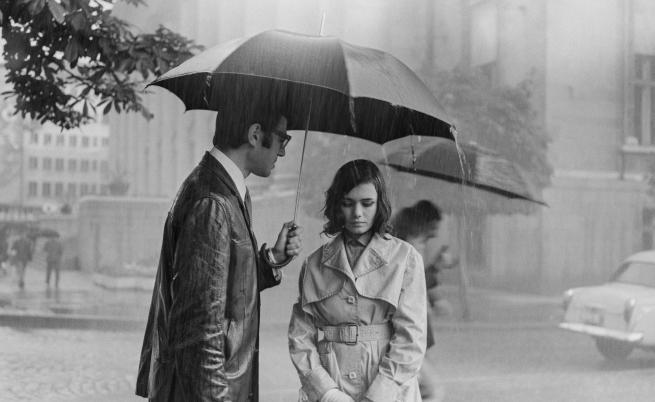 """""""Процесът"""" 1968 г. Фотограф: Неизвестен. Актьорите Иван Андонов и Бранимира Антонова пред Съдебната палата."""