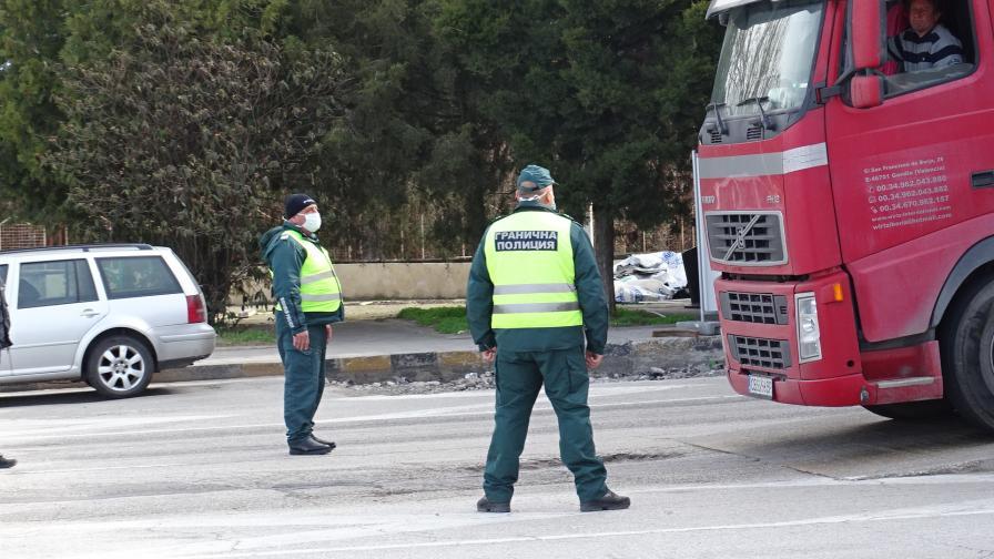 """Шофьори на камиони блокираха ГКПП """"Кулата"""""""
