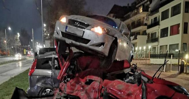 Зрелищна катастрофа в късните часове на сутринта във Варна, съобщиха