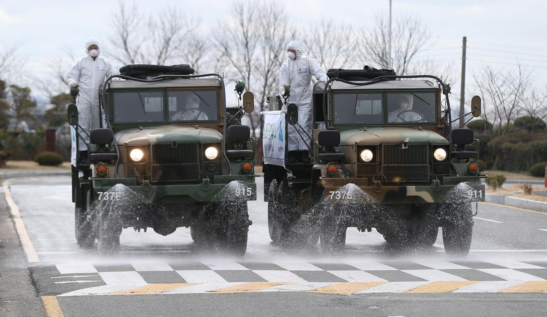 <p>Южна Корея. Хиляди служители в предпазни облекла пръскат тротоари и сгради с дезинфектанти.<br /> Към тях се присъединиха пригодени за случая военни камиони, които обработват пътните платна със специален разтвор.</p>