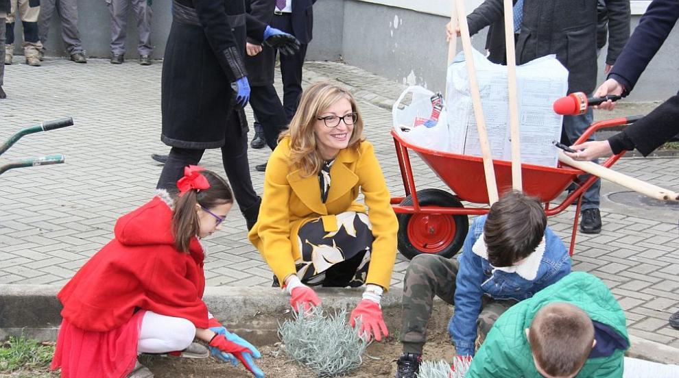 Захариева засади дръвчета в Скопие по линия на...