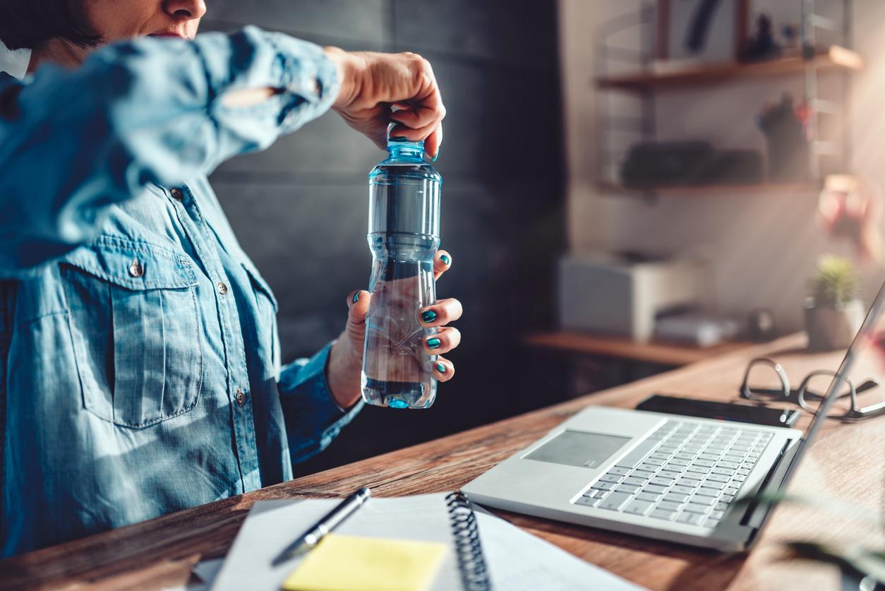 <p><strong>Бутилки с вода</strong></p>  <p>Особено ако са пластмасови. Експертите препоръчват да не оставяме бутилките с вода в колата. Особено през лятото, когато в автомобила температурите се повишават, това би могло да накара пластмасата да отдели вредни химикали в течността, останала в бутилката.</p>