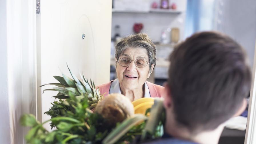 <p><strong>Доброволци</strong> помагат на <strong>възрастни хора</strong> в различни градове</p>