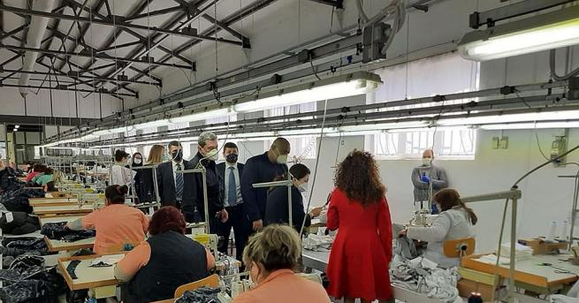 Премиерът Бойко Борисов посети завод за защитни облекла във Враца.