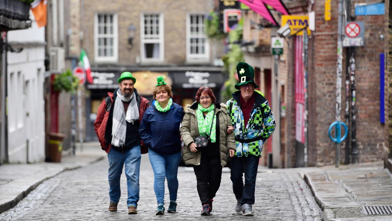 <p>В Ирландия датата се отбелязва масово с паради, благотворителни акции и с много бира, оцветена в зелено.</p>  <p>Най-големите чествания на празника стават в Дъблин, където всяка година се събират стотици хиляди хора.</p>