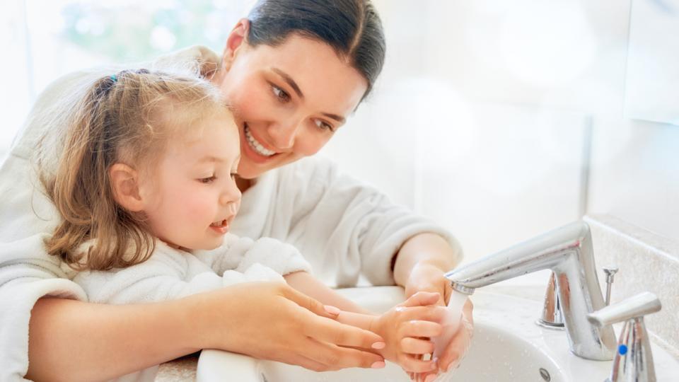 деца ръце сапун