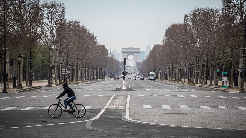 <p>От обяд във вторник хората във Франция не могат да излязат навън, освен за основни покупки или при спешни пътувания, за които трябва да подпишат документ, в който се посочва къде отиват.</p>