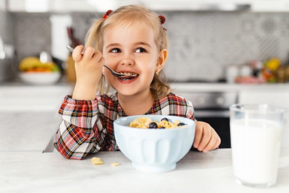 храна закуска четиригодишно момиче
