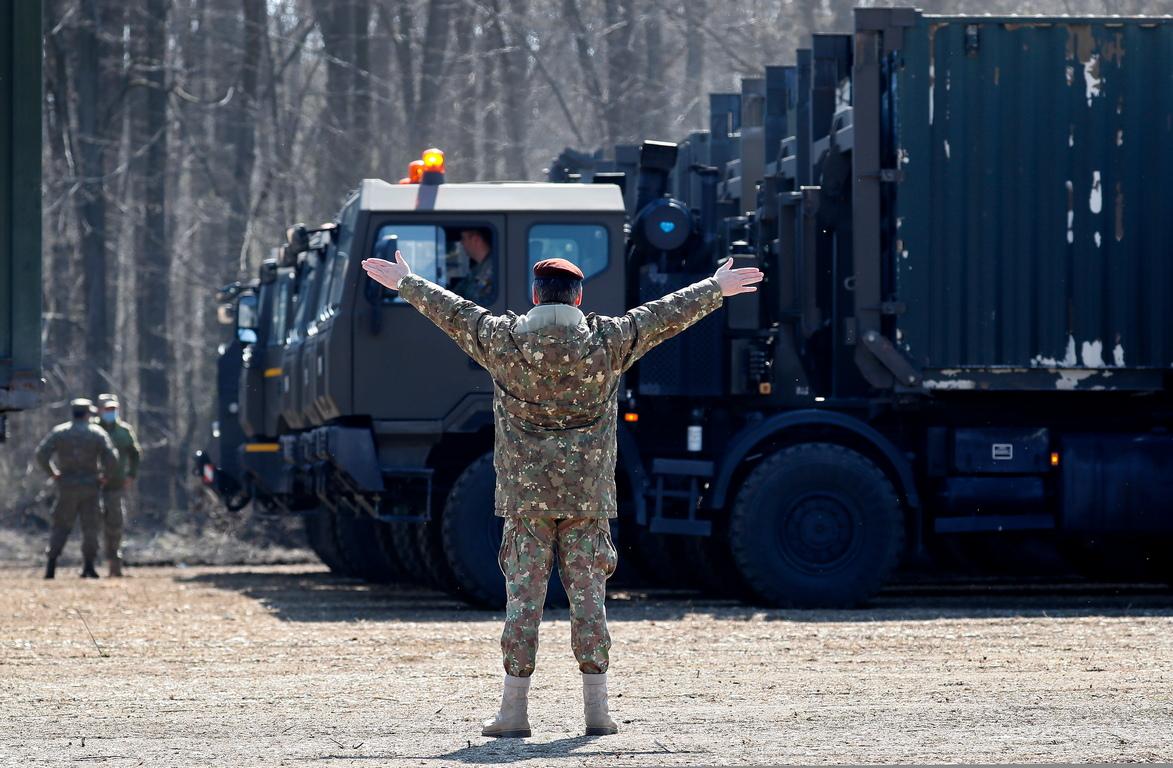 <p>Военни служители на Министерството на националната отбрана (MAPN) работят по инсталирането на мобилна болница (ROL 2) в периметъра на Националния институт по геронтология и гериатрия &quot;Ana Aslan&quot;, в Отопени, на 20 км северно от Букурещ, Румъния.</p>