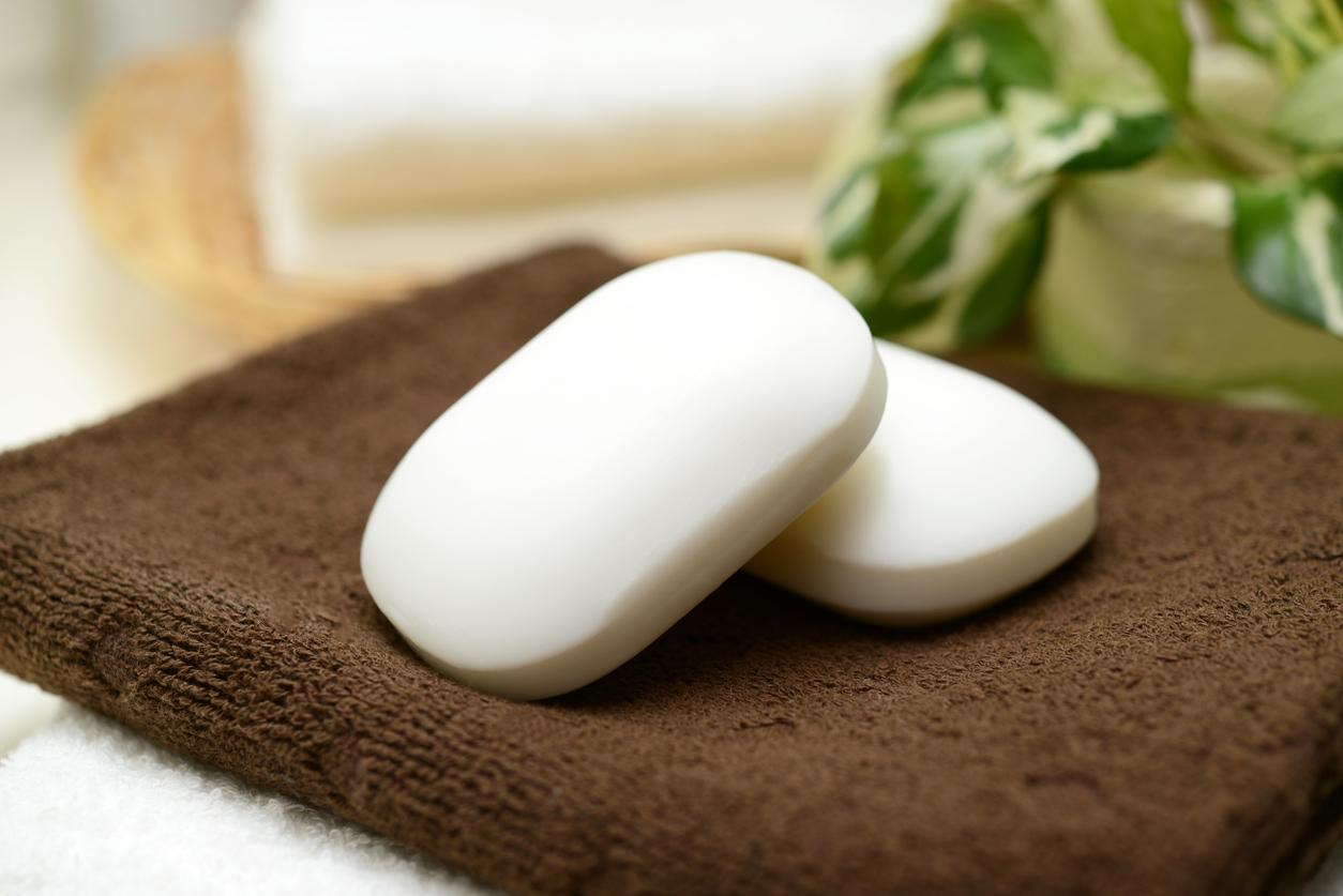 <p><strong>Сапун</strong></p>  <p>Престоялият прекалено дълго сапун може да предизвика обратен ефект на това да направи кожата ви мека и чиста. Експерти съветват да не пазим сапуна за повече от 3 години.</p>
