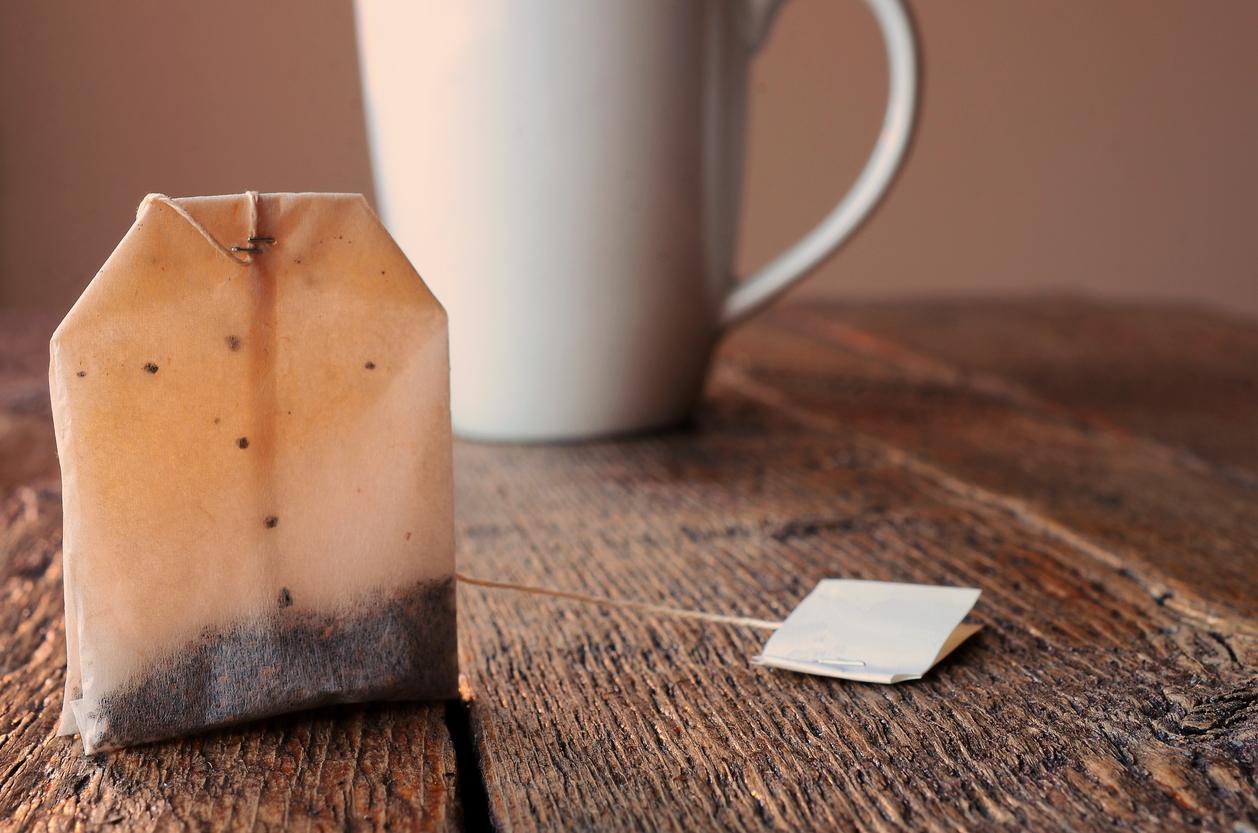 <p><strong>Чай</strong></p>  <p>Ако пиете чай, само когато сте болни, то най-вероятно той вече е загубил своите полезни свойства. Чаят не се разваля, но според експерти след 2 години той губи своите качества. Производителите ни съветват да съхраняваме чая във фризер за по-голяма ефективност.</p>