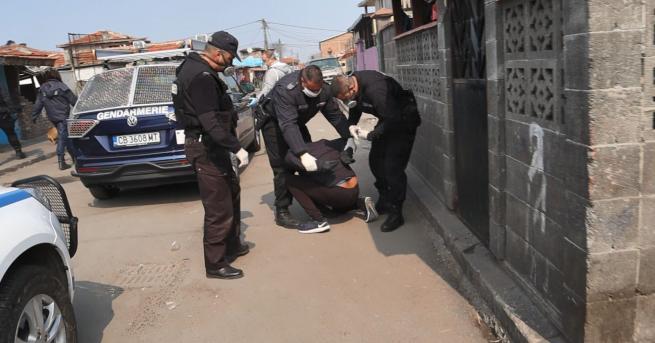 "Полиция щурмува ромския квартал ""Победа"" и започна масови арести. МВР"