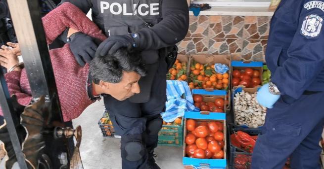 Трима мъже са задържани за незаконна търговия с лекарствени продукти.
