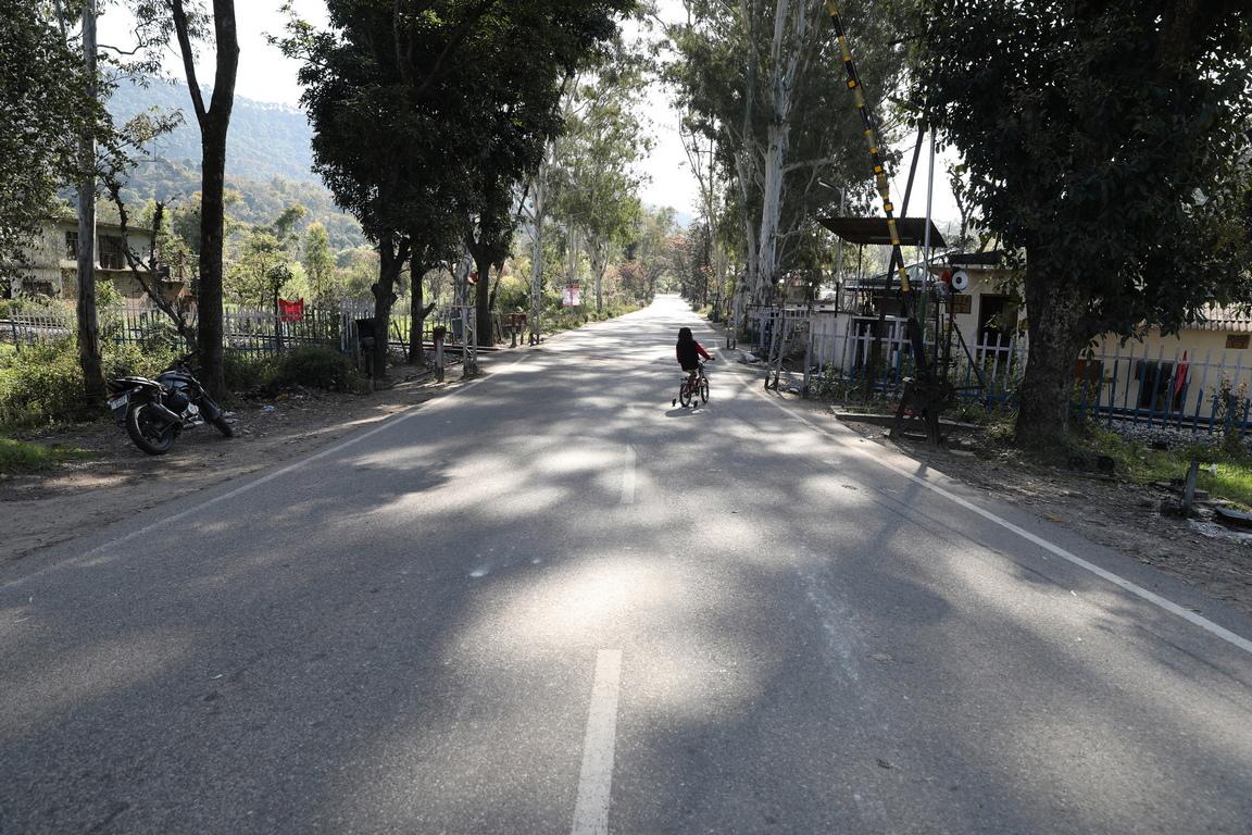 <p>Докато полицейският час, бъде облекчен до неделя вечерта, властите обявиха блокиране на много градове и прекратиха няколко железопътни и автомобилни транспортни услуги, тъй като опасенията от предаване на вируса от населението в Индия нарастваха.</p>