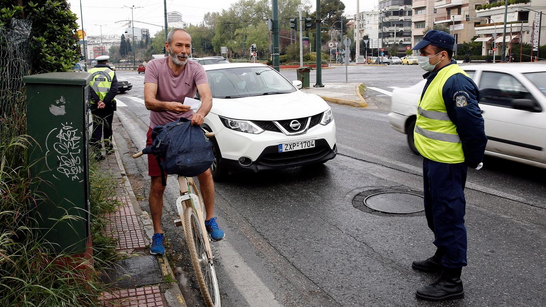 <p>Ограничения има и за броя пътници в лични или служебни автомобили &ndash; разрешава се да пътуват до двама души, включително шофьорът. Глобата за нарушителите е в размер на 150 евро.</p>