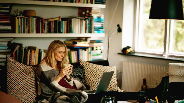 Планирай идеалния си уютен ден и разбери какво да правиш по време на самоизолацията