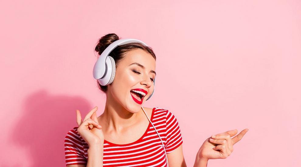 Музикалните звезди в онлайн изпълнения (ВИДЕО)
